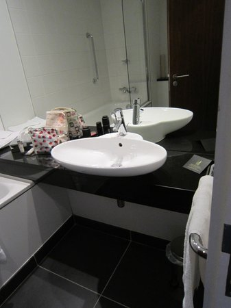 The d Hotel Drogheda: the bathroom