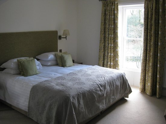 Grasmere Hotel: Deluxe Room - massive bed