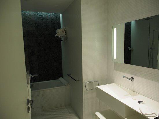 Grand Hotel Grenoble Centre: Bathroom