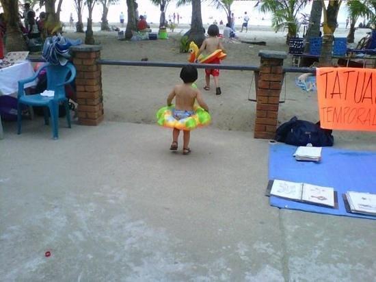 Cesar Mariscos: frente al hotel, mis bebés rumbo al mar