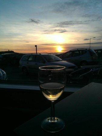 The Edgcumbe: Sunset must mean its Wine O'clock!