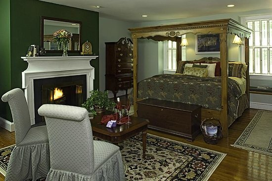 Annapolis Royal Folly: Very large Lord Dana's with fireplace and couch.