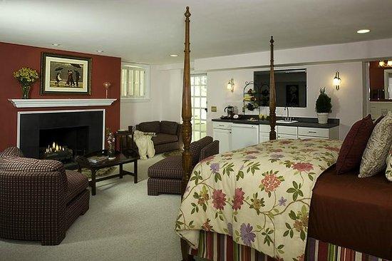 Annapolis Royal Folly: Mistress Erika's with large sectional, fireplace, wet bar and Jacuzzi tub