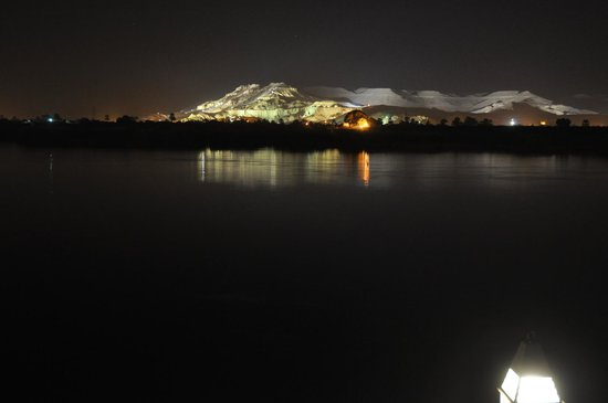 Hilton Luxor Resort & Spa: Remarkable view of Valley of the Kings at night