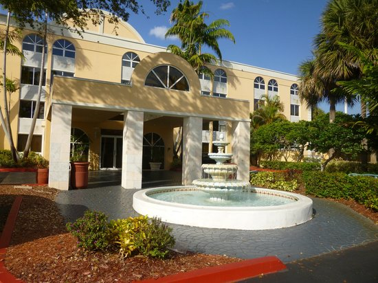 La Quinta Inn & Suites Fort Lauderdale Tamarac: Front entrance fountain