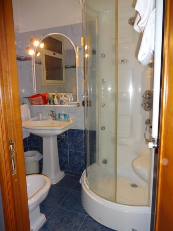 Hotel Rimini: Tight but functional Bathroom