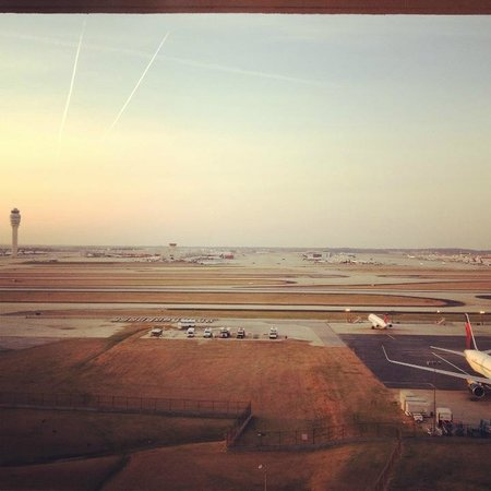 Renaissance Concourse Atlanta Airport Hotel: Morning view over the runway from the balcony.