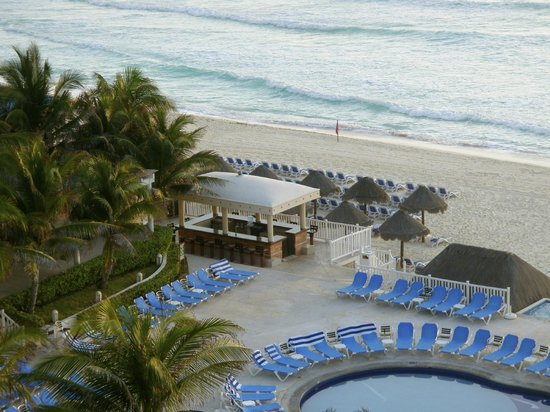 Golden Parnassus All Inclusive Resort & Spa Cancun: The famous Tiki Bar early in the morning