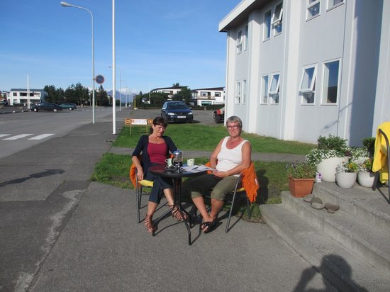 Birta Guesthouse: Guests enjoying a cup of coffee