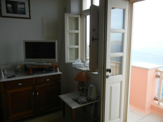 Nefeles Suites Hotel: living area/door to balcony