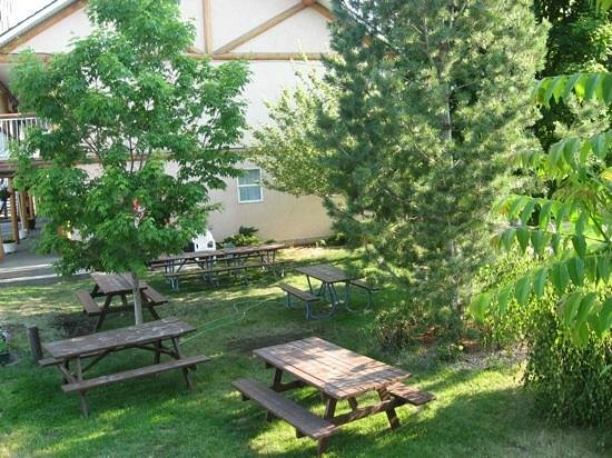 Log Cabin Motel: Picnic Tables