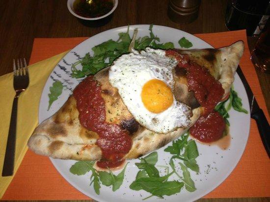 Pizzeria Trattoria Da Michele: La Pizza Calzone
