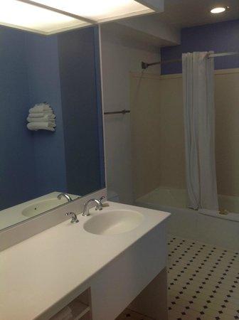 Super 8 Santa Barbara/Goleta: Bathroom