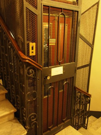 โรงแรมอิตาเลีย: The charming elevator