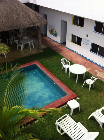 Hostal Vive la Vida: Common area and pool.