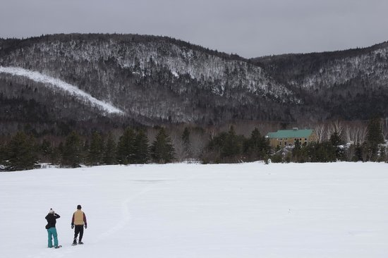 Cabot Shores Wilderness Resort and Retreat: Snowshoeing back to the lodge