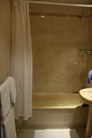 BEST WESTERN Milton Keynes Hotel: Bathroom in room 18 Broughton Hotel