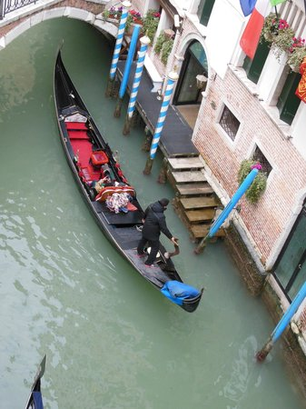Hotel Dona Palace: View of gondolier from our bedroom