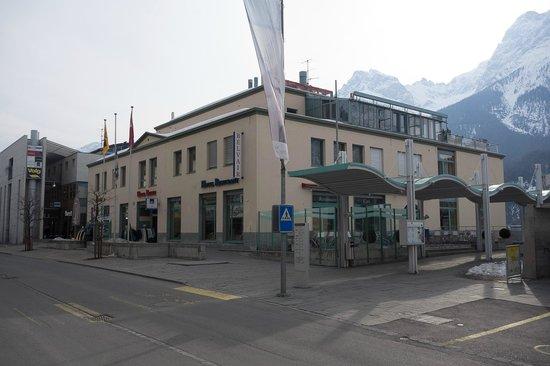Badehotel Belvair: Von der Bushaltestelle aus.