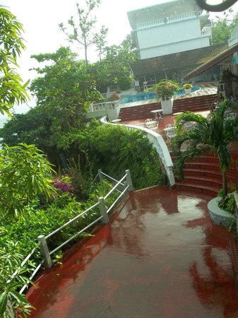 Silver Seas Resort Hotel : walkway to dining and pool area
