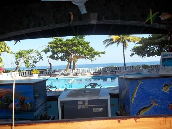 Silver Seas Resort Hotel: Bar view...we know that can be important!