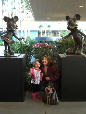 Disneyland Hotel: Entrance to the hotel