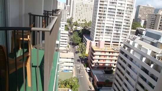 Waikiki Resort Hotel: Vista da sacada lado montanha.