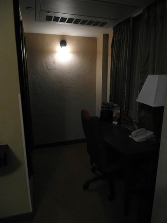Drury Plaza Hotel Riverwalk: View of desk leading to the bathroom