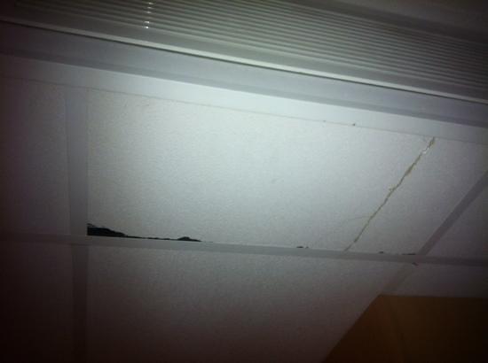 Ibis Metz Nord: Plafonds chambre 225