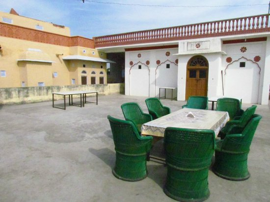 Tordi Garh: Outdoor dining area on the roof