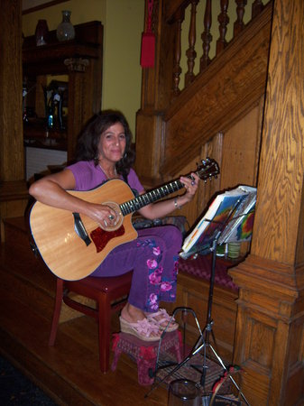 Cafe Cimino Country Inn: our local singer entertains guests at dinner