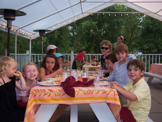 Cafe Cimino Country Inn: family outdoor dining by the river