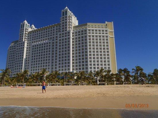 Hotel Riu Emerald Bay: hotel from beach