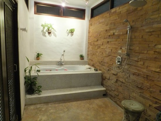 The Legend Chiang Rai: This is the shower and tub room!