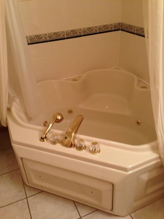 The Bayfield Inn: Tub Upstairs