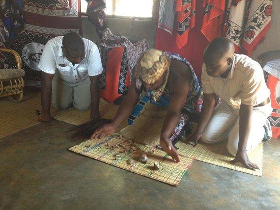 Sabi Sabi Bush Lodge: Local witch doctor reading the bones! (community tour)