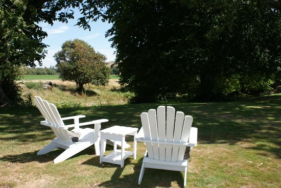 Marlborough Bed & Breakfast: Tranquil Gardens with views to the Wither Hills
