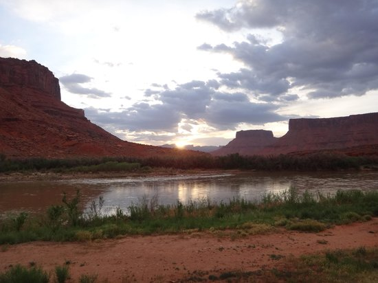 Red Cliffs Lodge: Riverside View