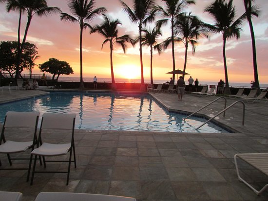 Outrigger Royal Sea Cliff: The pool at sunset