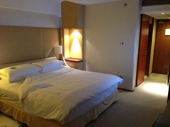 Shangri-La Hotel, Beijing: what a bed!!! so comfy