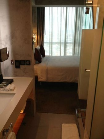 Pullman Jakarta Central Park: Bathroom leads directly to bed