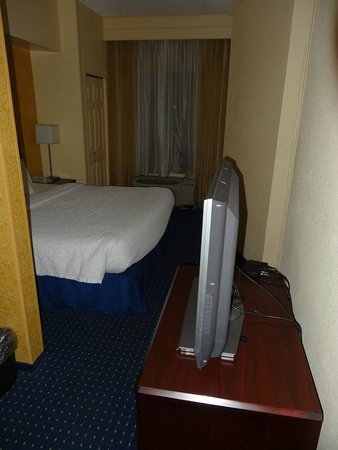 SpringHill Suites Savannah Airport: TV rotates between 'rooms'