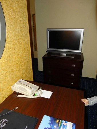 SpringHill Suites Savannah Airport: TV from the sitting area side