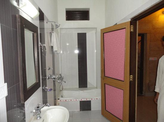 Hotel Royal Haveli: Voici la salle de bain impecable neuve un super choix dans les couleurs
