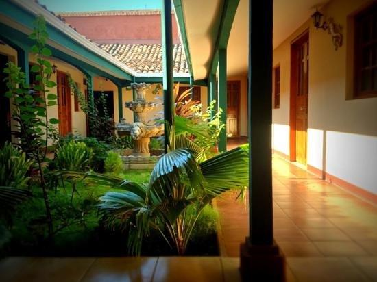 Hotel Leon del Sol: courtyard garden