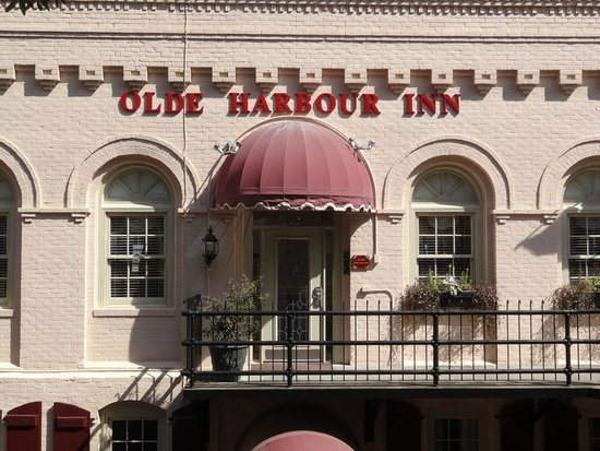 Olde Harbour Inn - River Street Suites: Front of the building