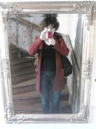 Marta Guesthouse : Зеркало на лестнице