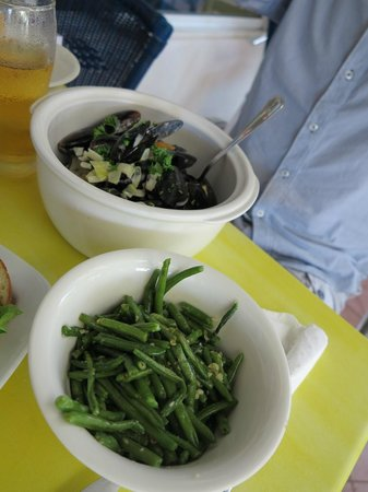 Aloe Cafe : mussels with veggie of the day