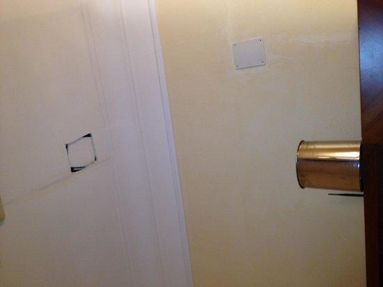 Hotel Sonya: Ceilling hole