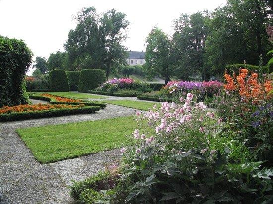 Gronsoo Slott: Flower garden Gronsoo palace